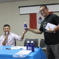 O autor do blog receb uma lembrança do presidente da Zonal, Barreira