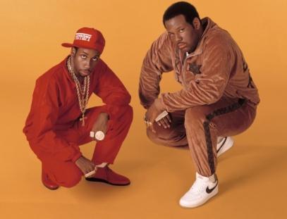"""Rob Base & DJ E-Z Rock posam na época do lançamento de """"It Takes Two"""". O rapper à direita, morreu no fim de semana aos 46 anos"""