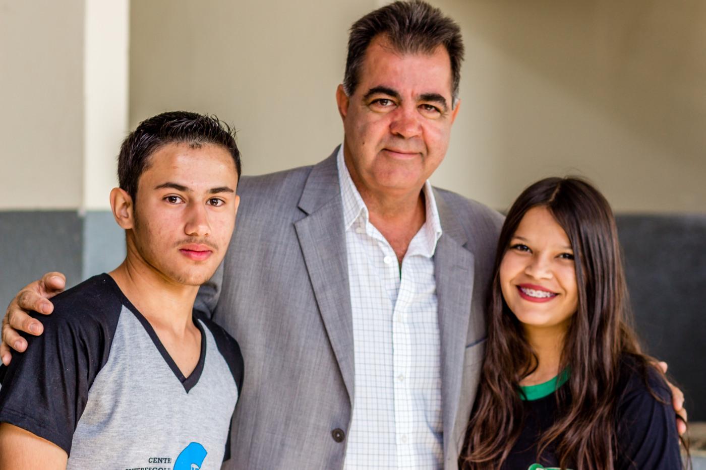 Os alunos Rafael e Jennifer do CILCO, sendo recepcionados pelo Prefeito Fábio Correa (Foto: André Brito)